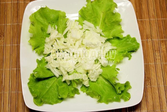 начать выкладывать салат на тарелку