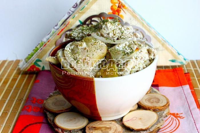 Куриная голень в сметанном соусе с луком