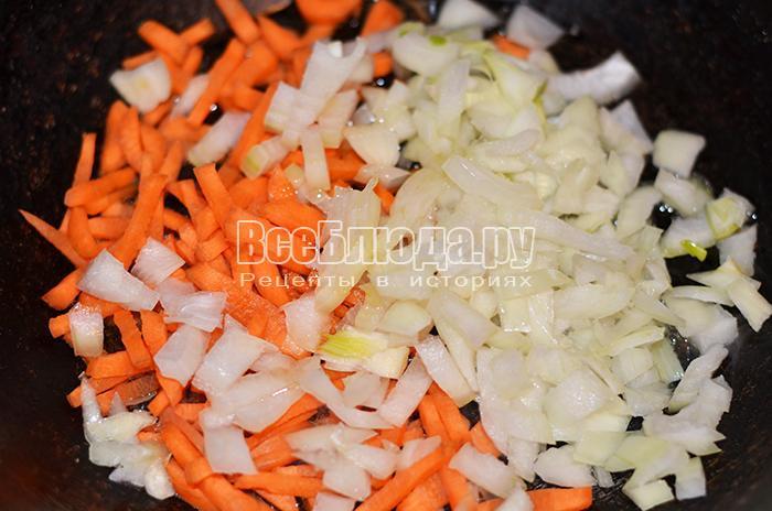 высыпите на сковороду морковь и лук