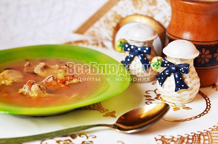 готовый гороховый суп в тарелке