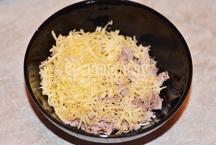 высыпите в тарелку мясо и сыр