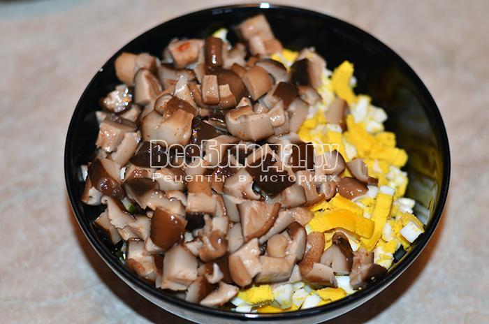 высыпите грибы и яйца
