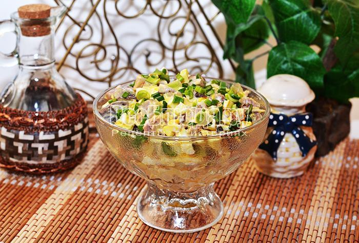 посыпьте салат зеленым луком