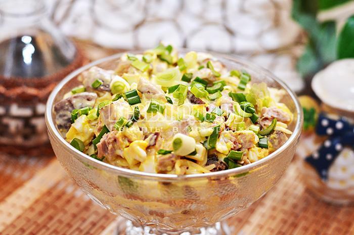 готовый салат с отварным мясом в тарелках