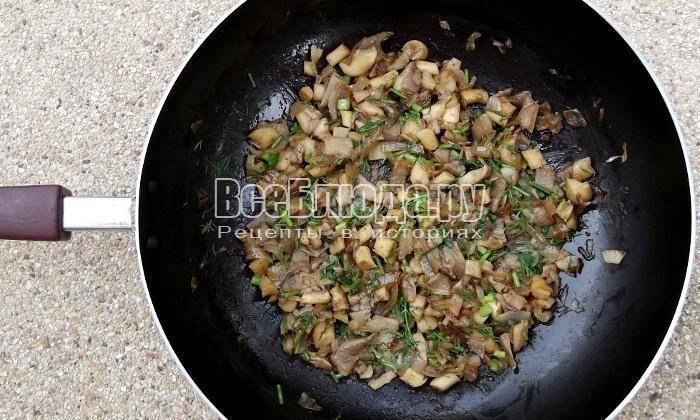 порезать зелень в сковородку