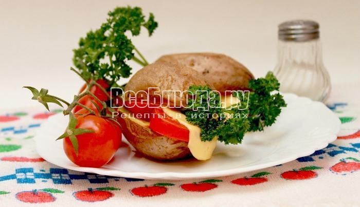готовый печеный картофель с салом в тарелке