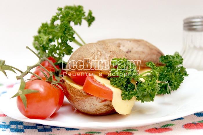 Печеный картофель с салом, сыром и помидорами