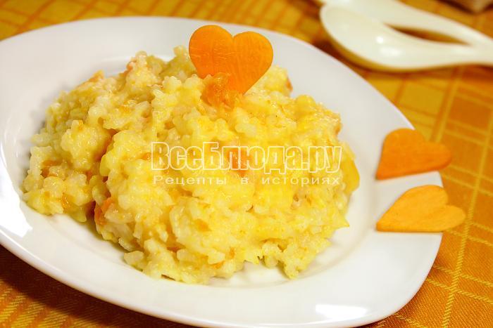 Готовая молочная каша из тыквы и риса в тарелке