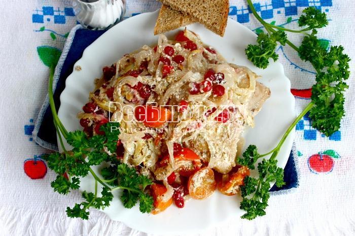 Курица, запеченная в рукаве с клюквой, луком и помидорами черри