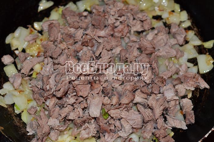 высыпите мясо на сковороду