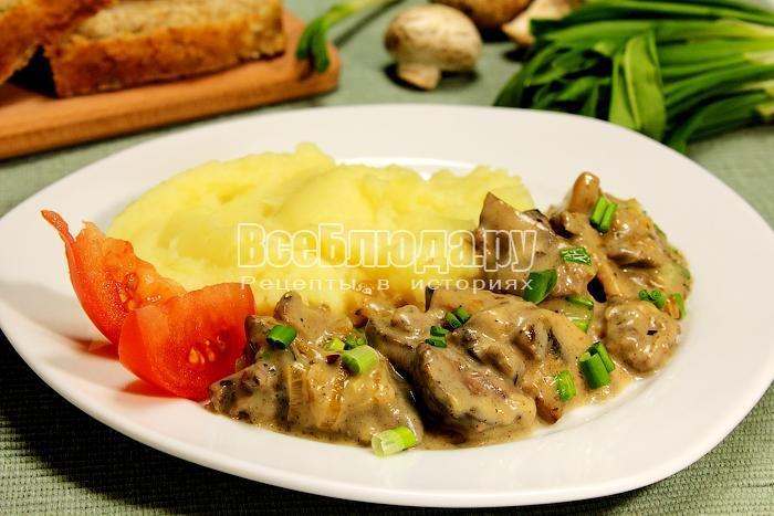Готовая печенка с грибами и картофельным пюре
