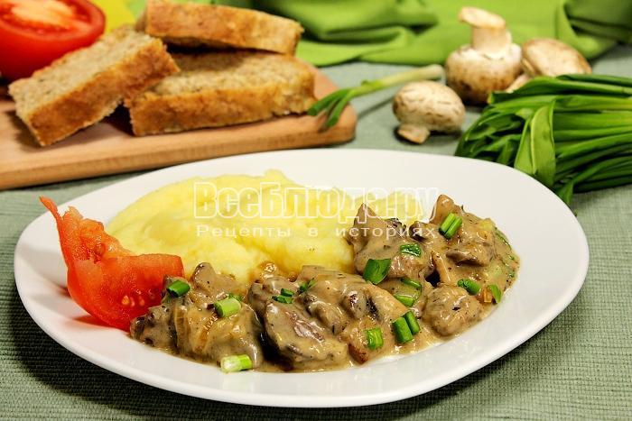 Готовая печенка с грибами и сметанным соусом