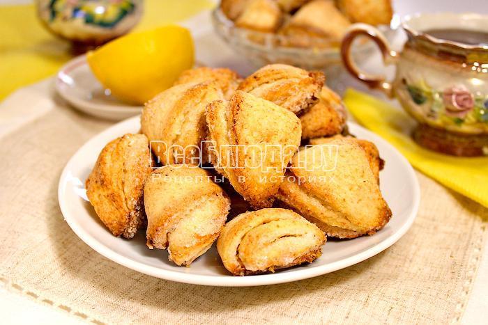 Готовое печенье на тарелке