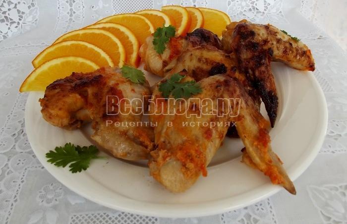 готовые куриные крылышки сервировать на тарелке