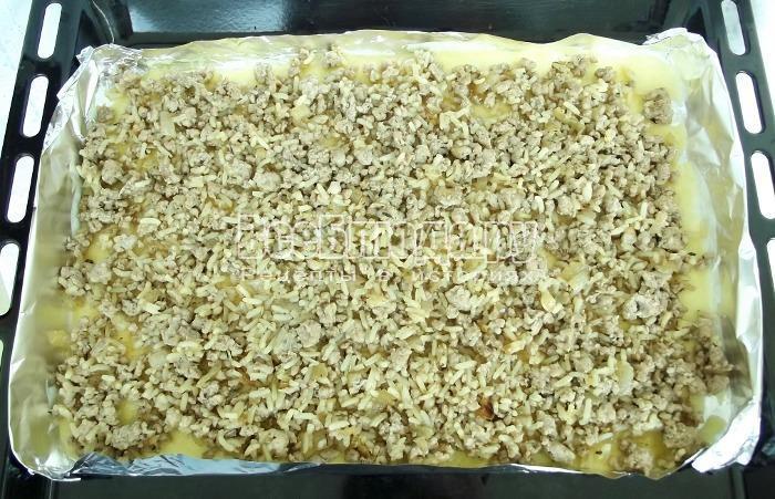 вылить тесто в форму и добавить начинку