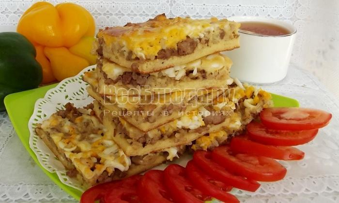 пирог с мясным фаршем на тарелке