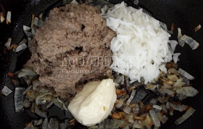 обжарить лук и печень