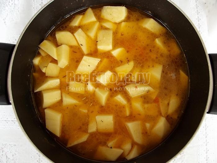 добавить картошку и воду