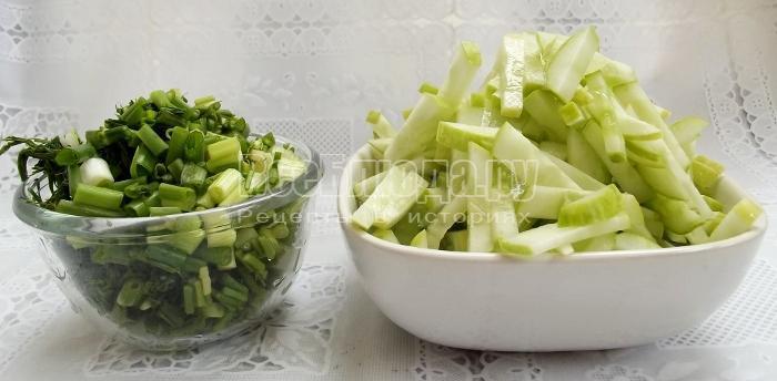 порезать огурцы и зелень
