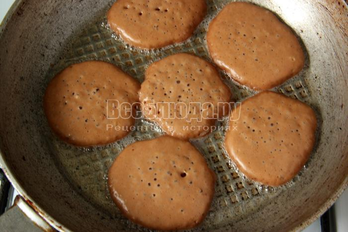 налить в сковороду шоколадное тесто