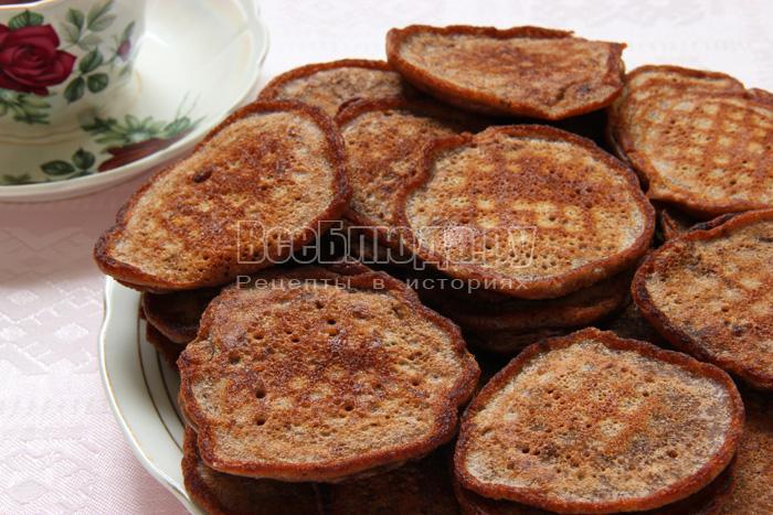 готовые шоколадные оладьи на блюде