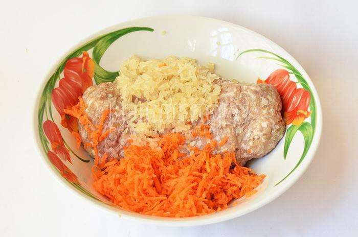 добавьте в фарш рис и морковь