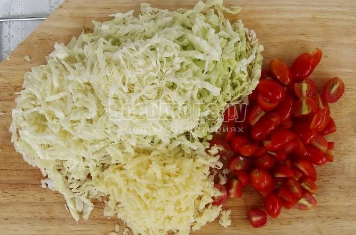 порезать капусту, черри, натереть сыр