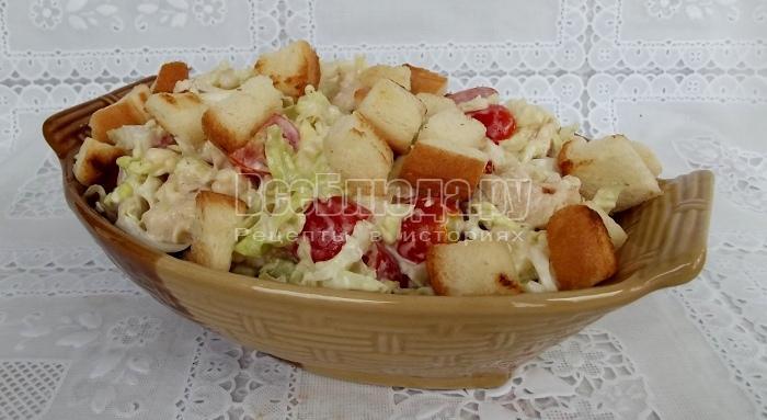 посыпать салат сухариками