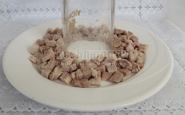 выкладываем первый слой отварного мяса