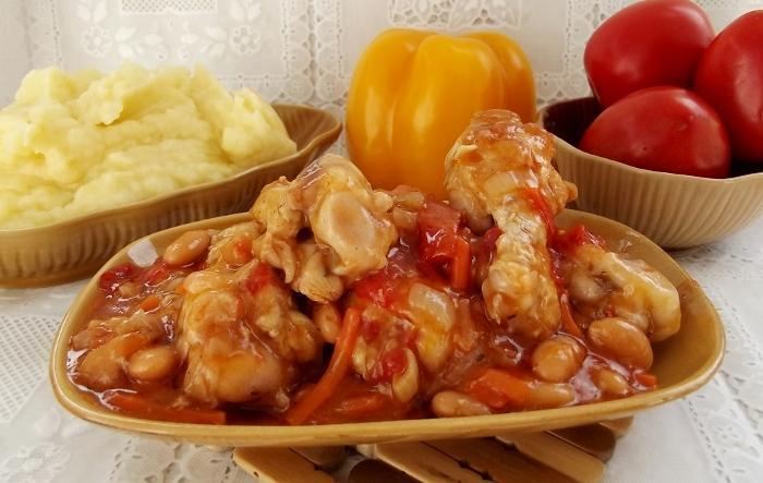 Курица с фасолью и крахмалом на сковороде