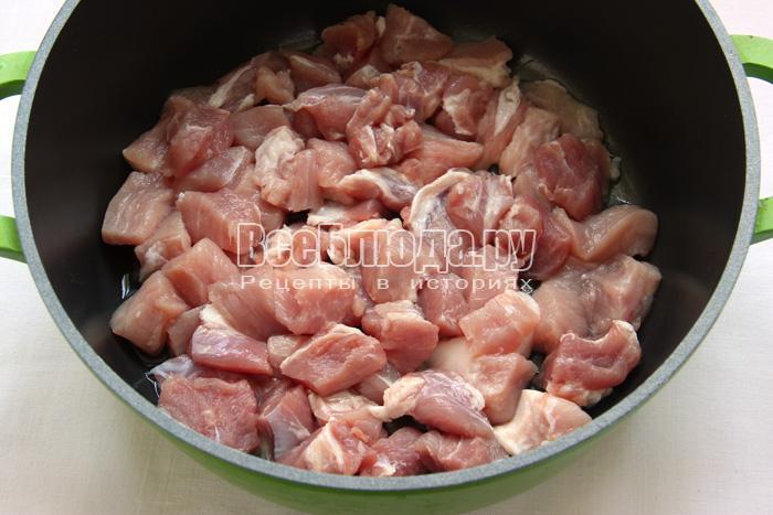 порезать свинину, уложить в сковородку