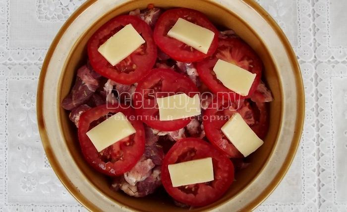 порезать помидоры колечками