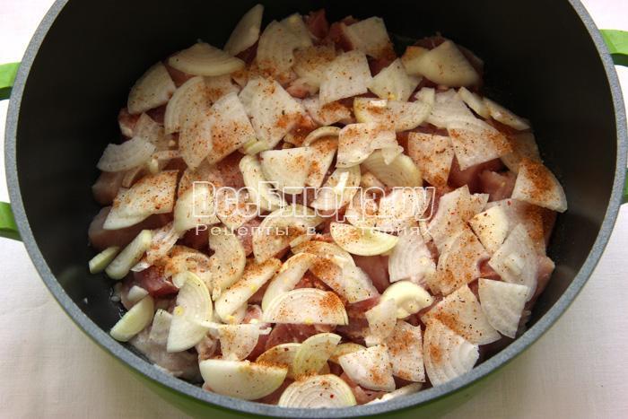 порезать лук кольцами, выложить на мясо