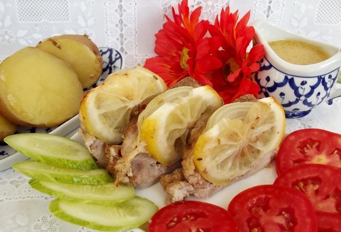 Свинина с лимоном, запеченная в духовке в фольге (мясо, лимон, сыр, лук)