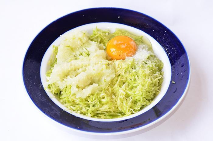 разбейте яйцо в кабачок