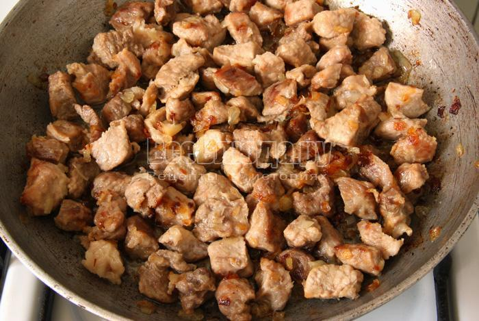 жарю мясо с луком