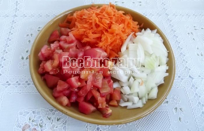 режем лук, помидоры, трем морковку
