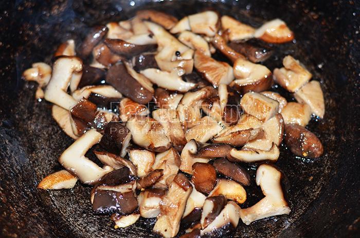 обжарьте грибы