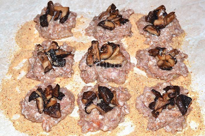 разложите грибы