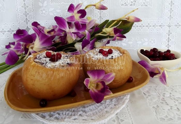 Печеные яблоки в духовке со сгущенным молоком, орехами и брусникой