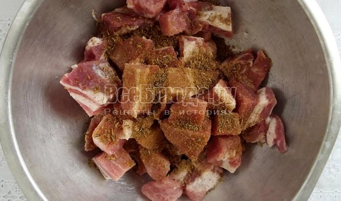 порезать и замариновать мясо