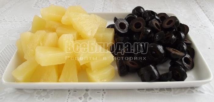 порезать оливки и ананас