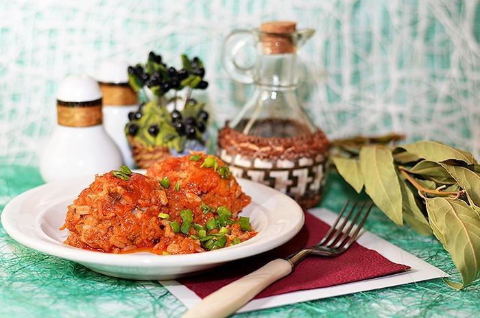 Тефтели с морковкой и зеленью в томатной подливке