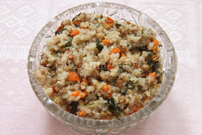 Теплый салат из чечевицы, риса и маслин