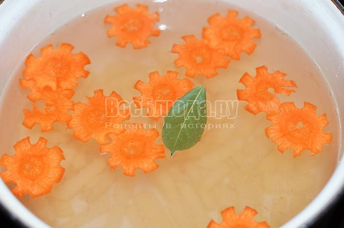 высыпите морковь и картофель в кастрюлю