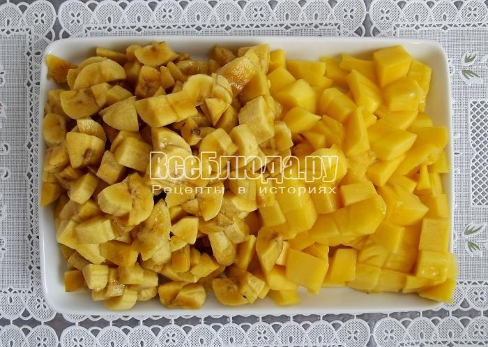 порезать манго и бананы на кусочки