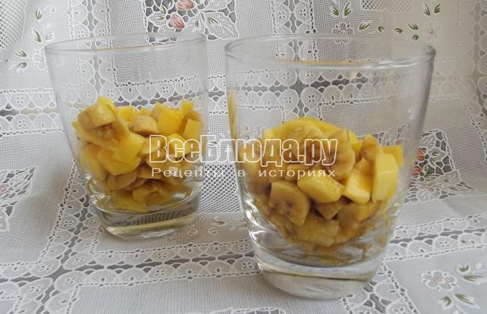 разложить фрукты по стаканам