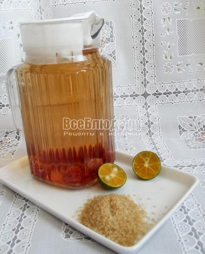 в заваренный чай добавить сахар и лайм