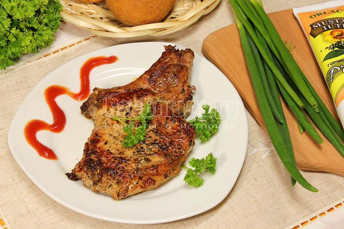 Готовое мясо на косточке на тарелке
