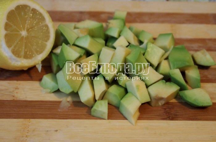 порезать авокадо, полить лимоном